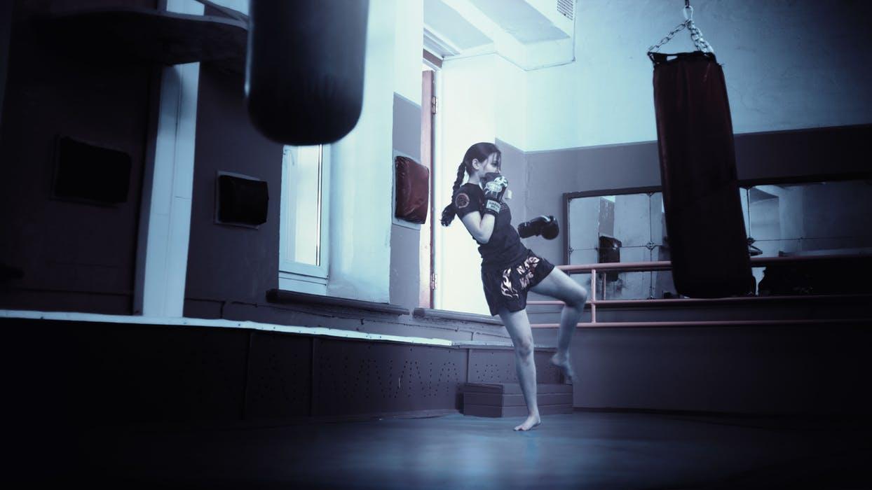 Kvinna tränar kickboxning