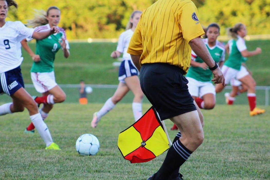 Tjejer spelar fotboll